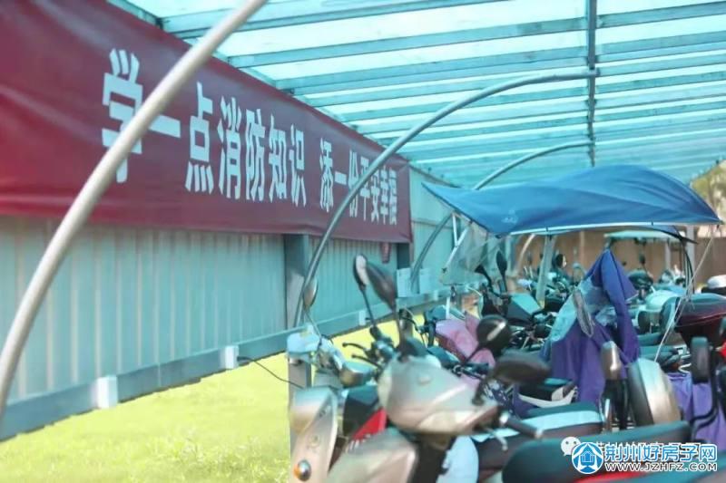 荆州某小区内有七个非机动车停车棚