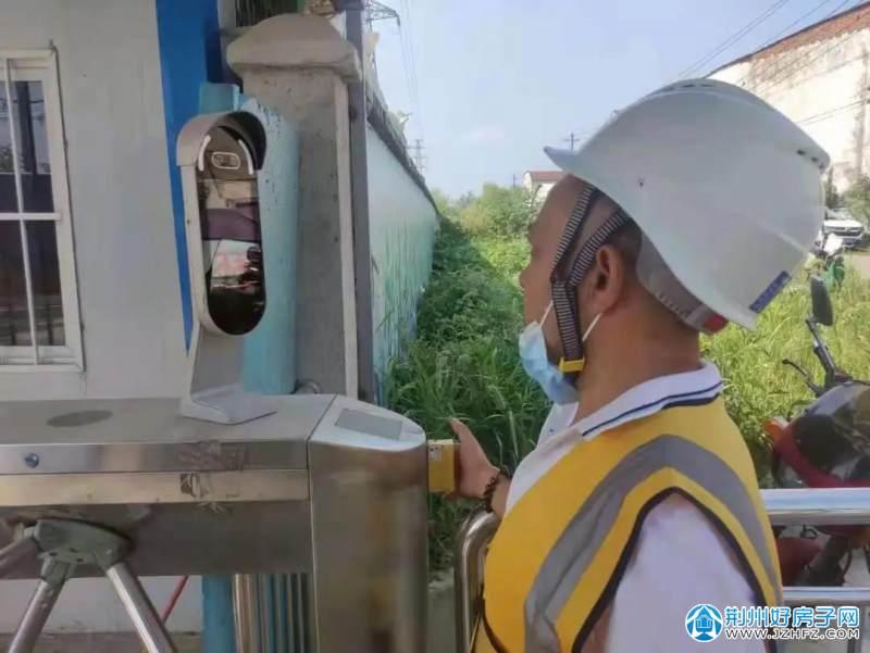 工人正进行人脸识别测温