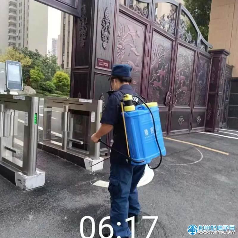 荆州碧桂园悦华府物业工作人员按照早、中、晚各一次的频率对苑区公共空间进行全面消杀