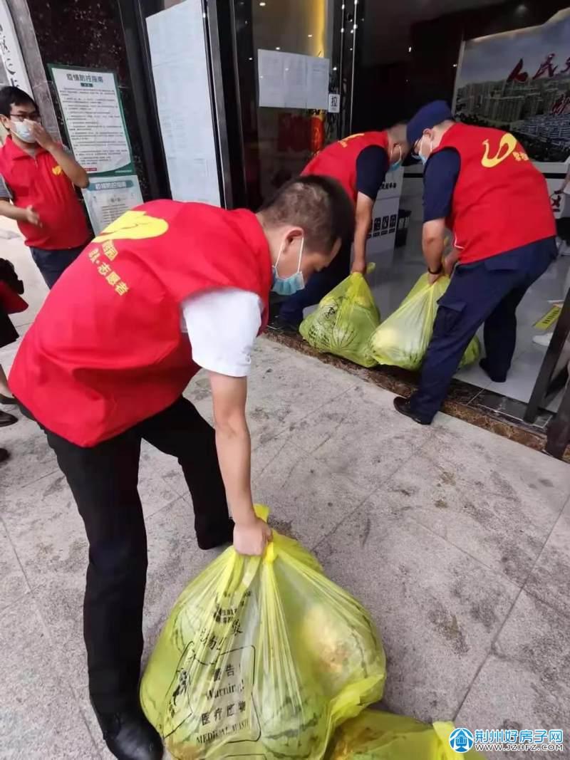 志愿者们装卸西瓜