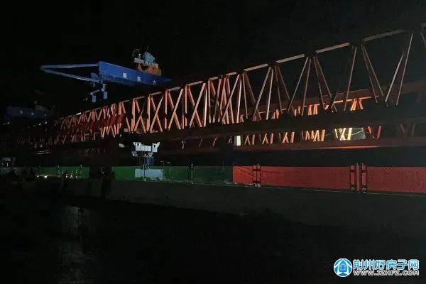 架桥机吊装最后一榀钢混组合梁