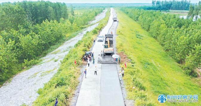 洪湖东分块蓄洪工程东荆河堤防汛道路全线贯通