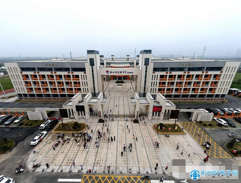 荆州市实验中学灵均校区、荆州实验小学荆北校区也迎来了首批学生。