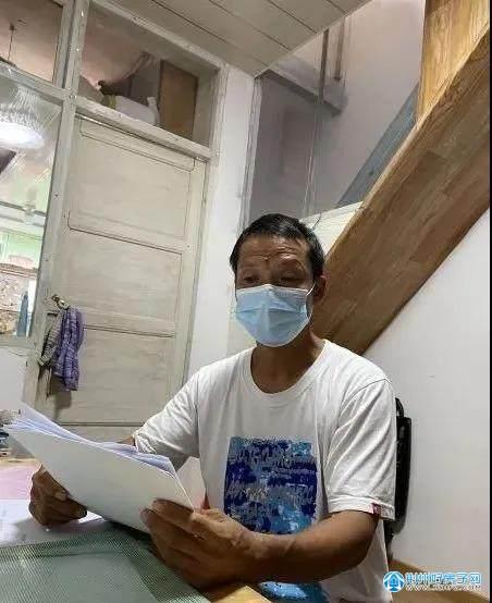 吴俊元拿出诉讼材料,讲述维权历程。